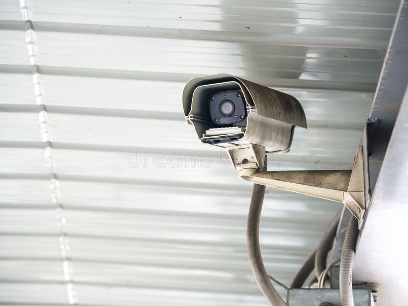CCTV kamera bezpieczeństwa instalująca w lotnisku i metro dla pracownik ochrony inwigilaci dla pozwalać złych rzeczy i monitorowa obraz stock