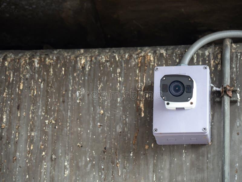 CCTV kamera bezpieczeństwa instalująca w lotnisku i metro dla pracownik ochrony inwigilaci dla pozwalać złych rzeczy i monitorowa zdjęcie stock
