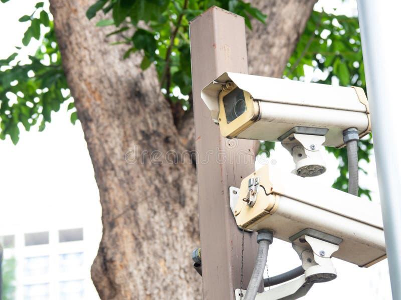 CCTV kamera bezpieczeństwa instalująca w wiosce dla pracownika ochrony monitorowanie i inwigilacja dla pozwalać złych rzeczy zdar obraz royalty free