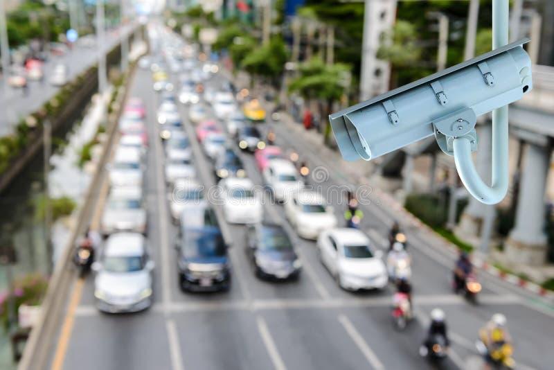 CCTV kamera bezpieczeństwa z zamazywać ruchu drogowego dżem w Bangkok mieście obraz stock