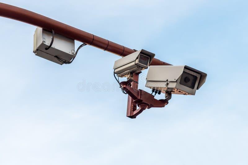 Cctv-kamera mot en blå himmel arkivbilder
