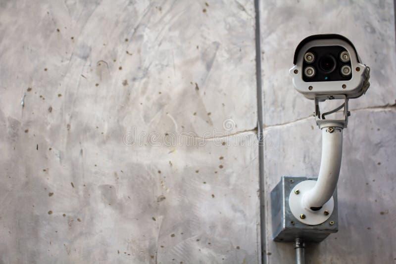 Cctv kamera, Nowożytny kamera bezpieczeństwa dylemat na plenerowej betonowej ścianie zdjęcia royalty free
