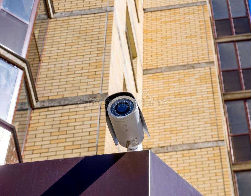 Cctv-kamera som monteras på skärmingången royaltyfria bilder