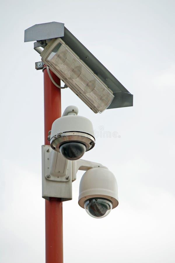 Cctv-kameror och belysninglampa arkivbilder