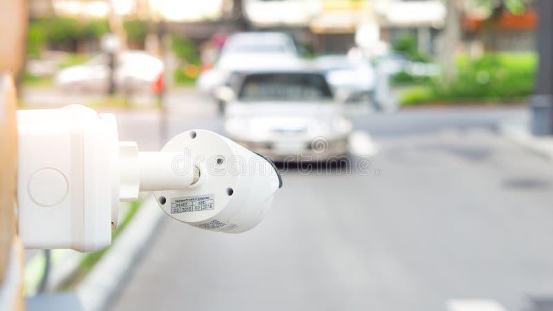 CCTV kamery inwigilacja na samochodowym parking Zbawczego systemu terenu contr obraz royalty free