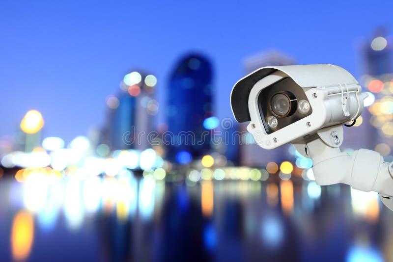 CCTV mit bokeh verwischender Stadt im Nachthintergrund lizenzfreie stockfotos