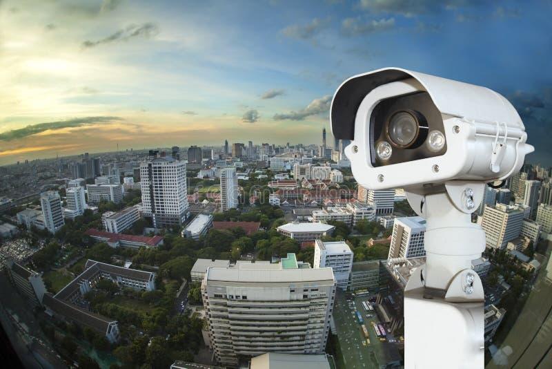 CCTV mit verwischender Stadt im Hintergrund lizenzfreie stockfotografie