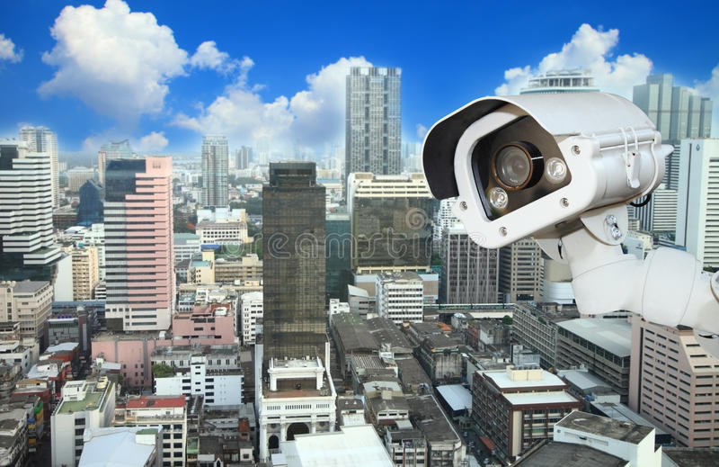 CCTV mit verwischender Stadt im Hintergrund stockfoto