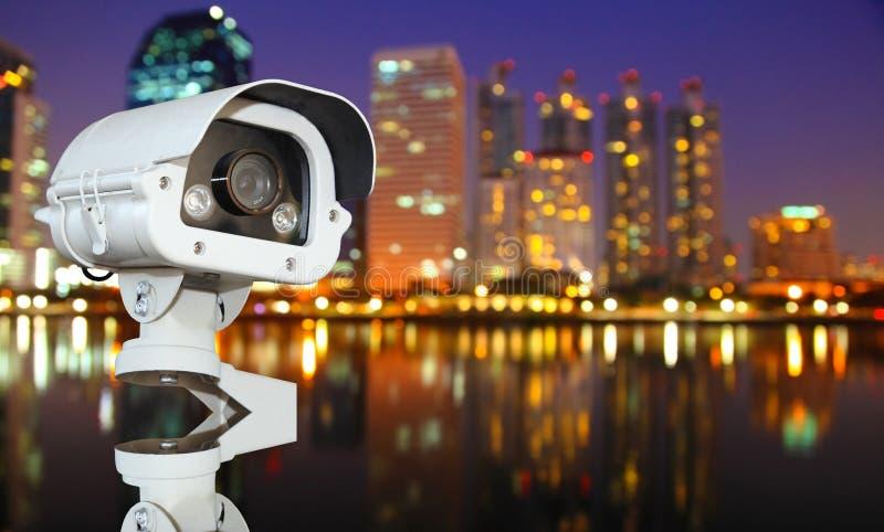 CCTV mit verwischender Stadt im Nachthintergrund lizenzfreies stockbild