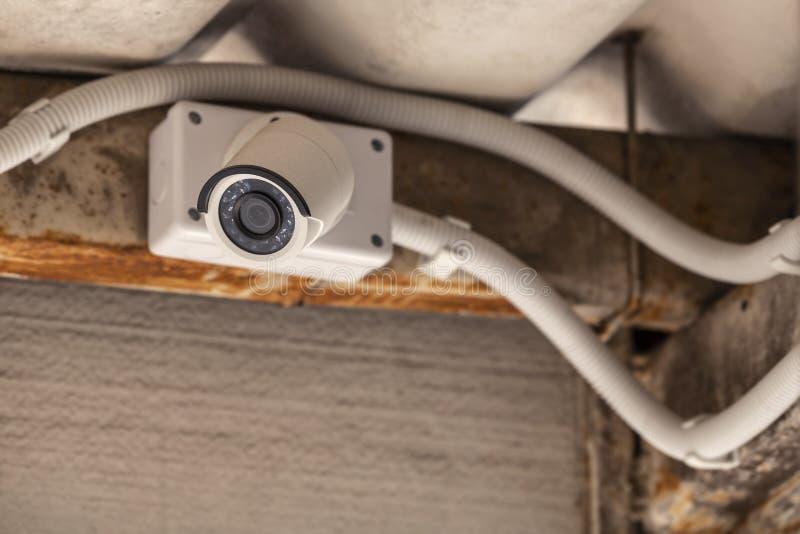 CCTV monterade på tak under taket arkivbilder