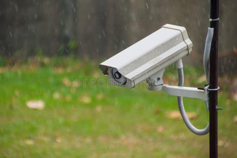 Cctv-säkerhetskamera, i att regna royaltyfri bild