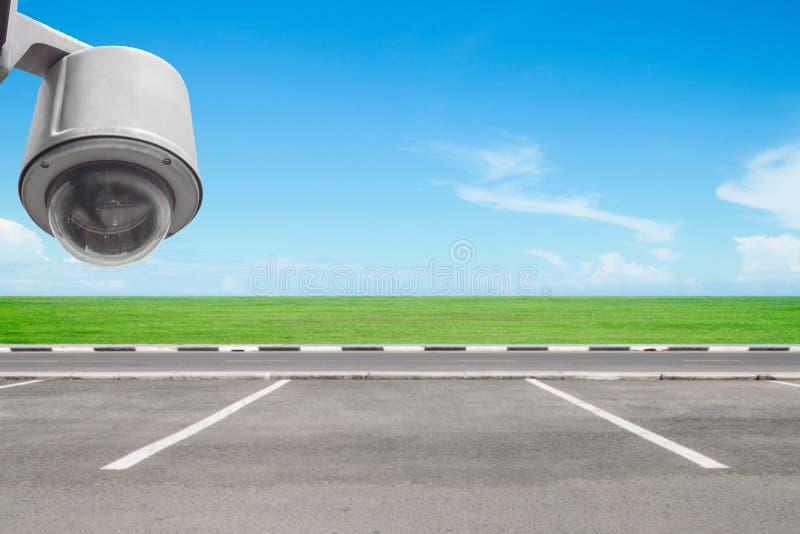 Cctv-säkerhetskamera i parkeringsplats royaltyfri foto