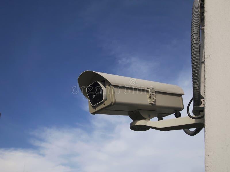 Cctv-säkerhetskamera mot blå himmel royaltyfria bilder