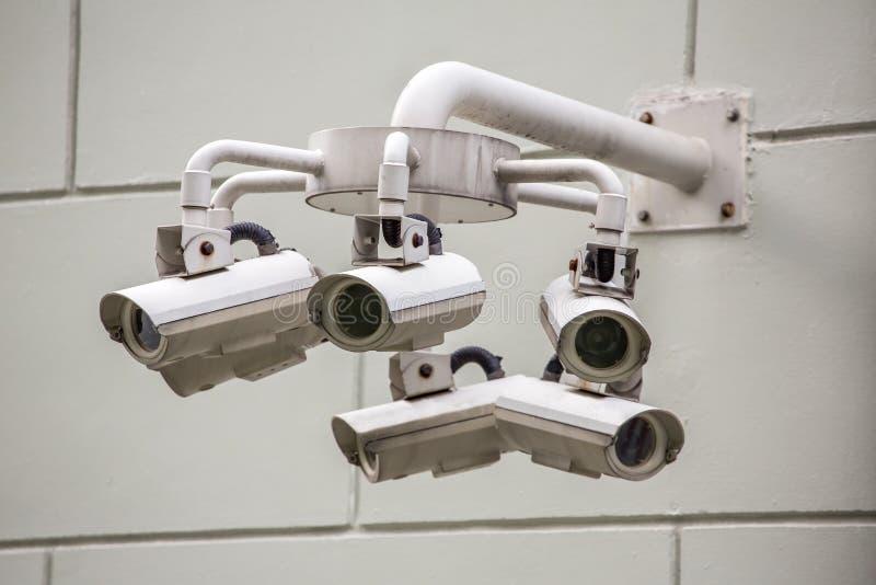Cctv-säkerhetskameror på väggen arkivfoto
