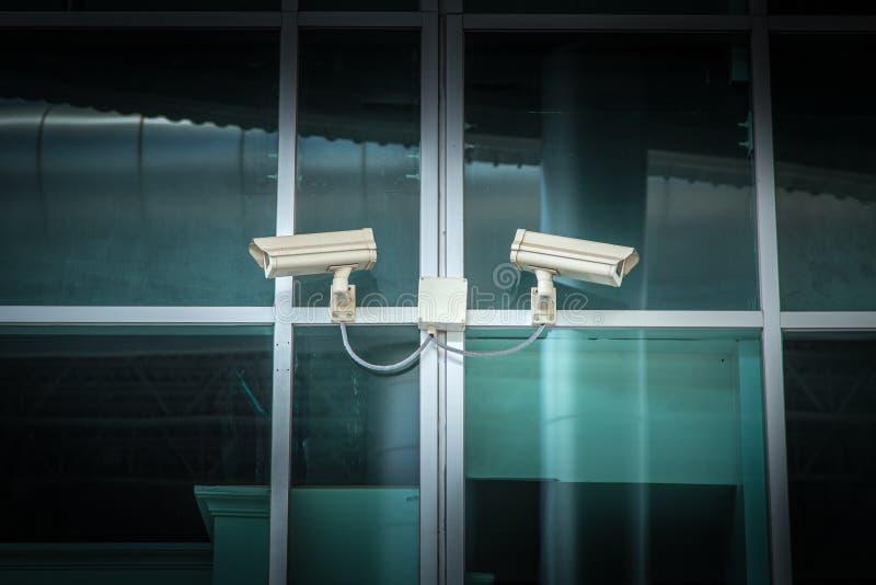 CCTV sull'edificio per uffici di vetro immagini stock