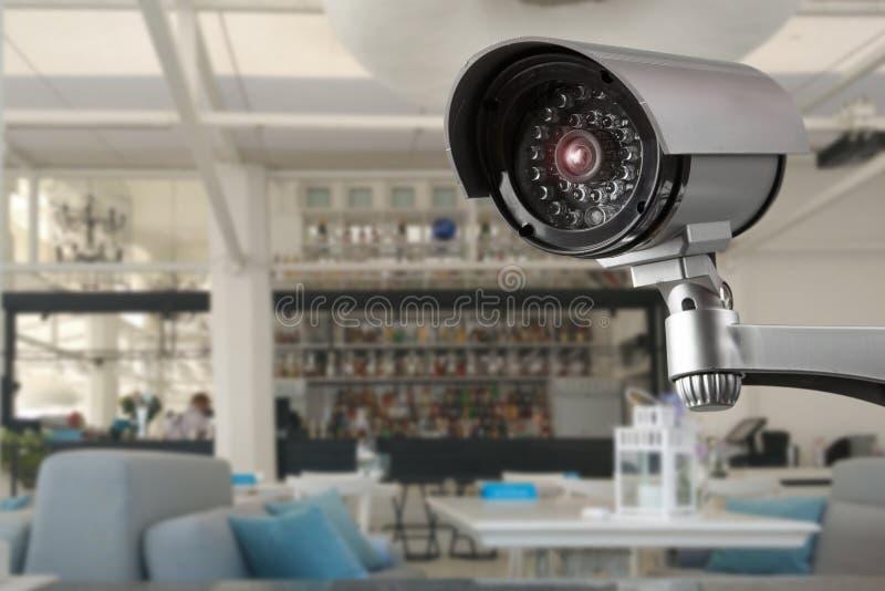 CCTV systemu ochrona wśrodku restauracji z ludźmi je plamy tło zdjęcia stock