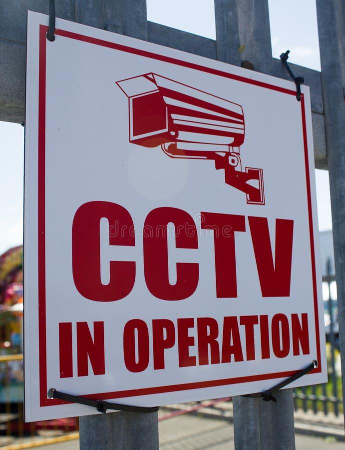CCTV vermelho e branco no sinal da operação amarrado aos trilhos fora de um funfair Brighton Wirral Merseyside June novo 2012 fotografia de stock royalty free