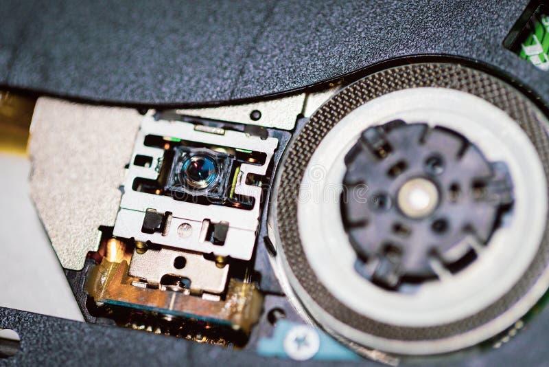 cd或DVD机的激光头 关闭抛出圆盘的DVD机 免版税库存照片