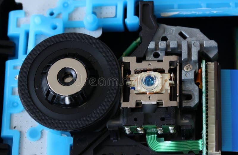 CD à l'intérieur d'un débiteur de DVD montrant la sélection optique vers le haut de la lentille de laser avec des circuits, des c image stock