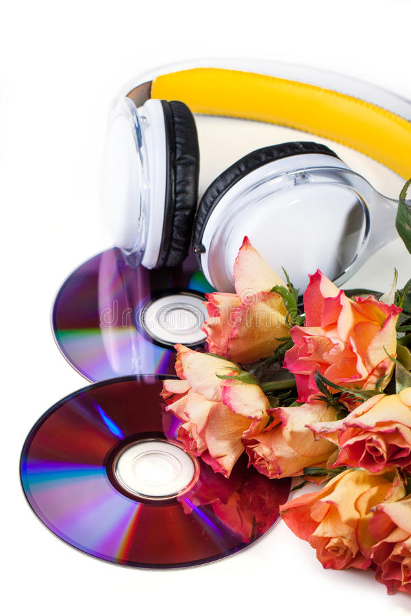 Cd, écouteurs et roses au-dessus de blanc photo stock