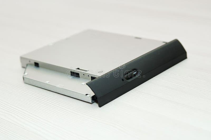 CD abierto de la impulsión - DVD - con un casquillo negro en un fondo blanco, CD-ROM, DVD-ROM, BD-ROM fotos de archivo