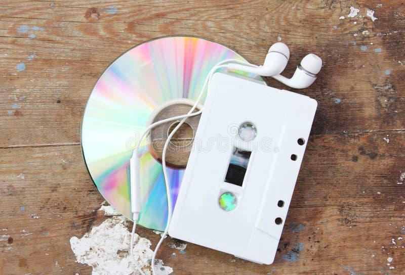 Cd avec l'enregistreur à cassettes photo stock