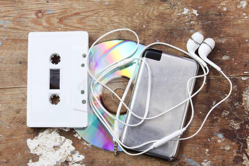 Cd con el jugador de música y la cinta de casete fotografía de archivo libre de regalías
