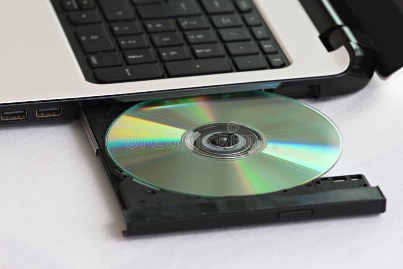 CD dans un ordinateur photographie stock libre de droits