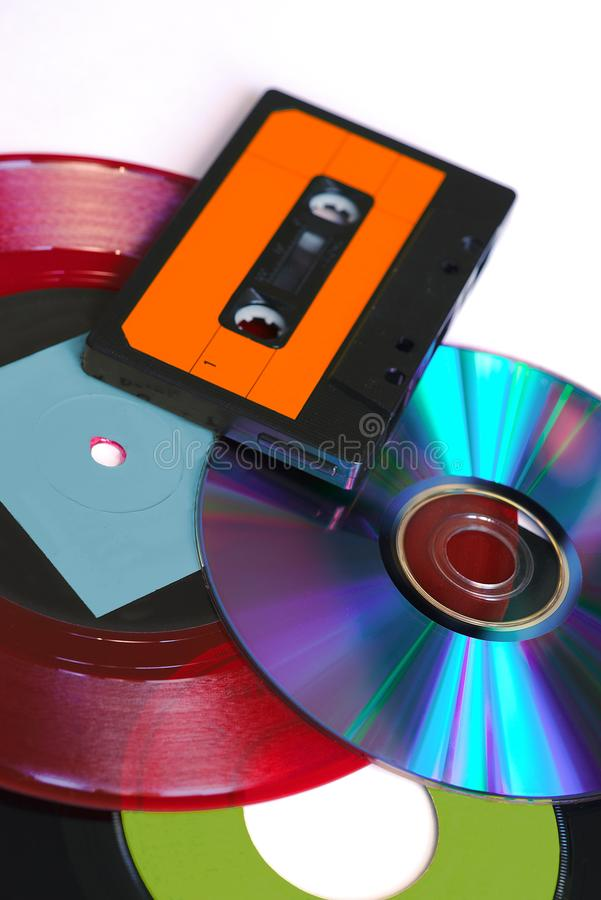 CD, disco rosso e nero e cassetta audio del vinile fotografia stock libera da diritti