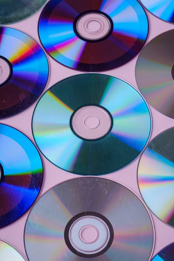 CD DVD płyty kompaktowej refrakcji talerzowy dyspersyjny odbicie lekkich kolorów tekstura na różowym tle obrazy royalty free