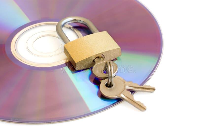CD en hangslot dat op whi wordt geïsoleerda royalty-vrije stock afbeeldingen