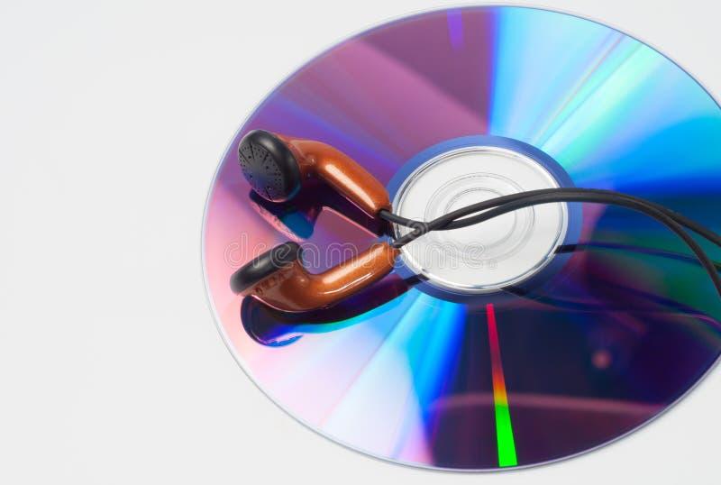 CD med musik och hörlurar royaltyfri foto