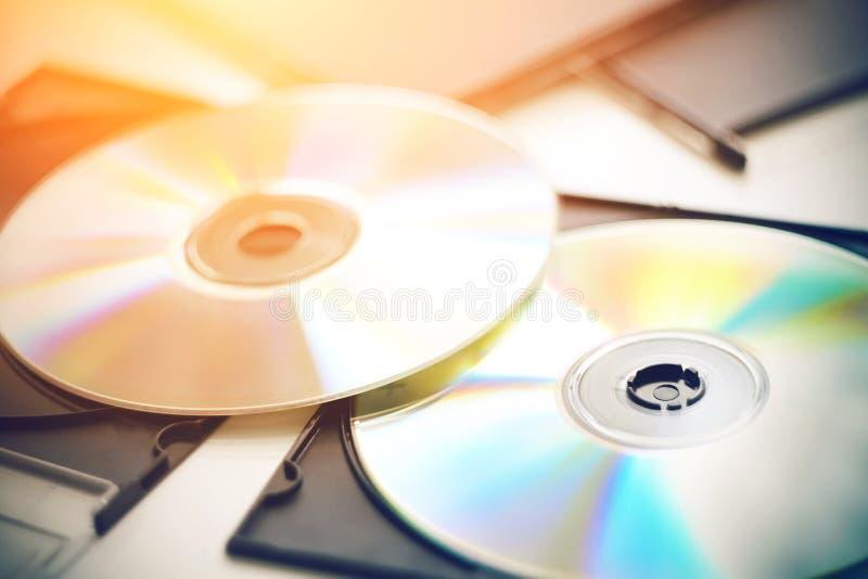 CD nuovissimi con la bugia di musica fra le scatole nere per i dischi immagini stock libere da diritti