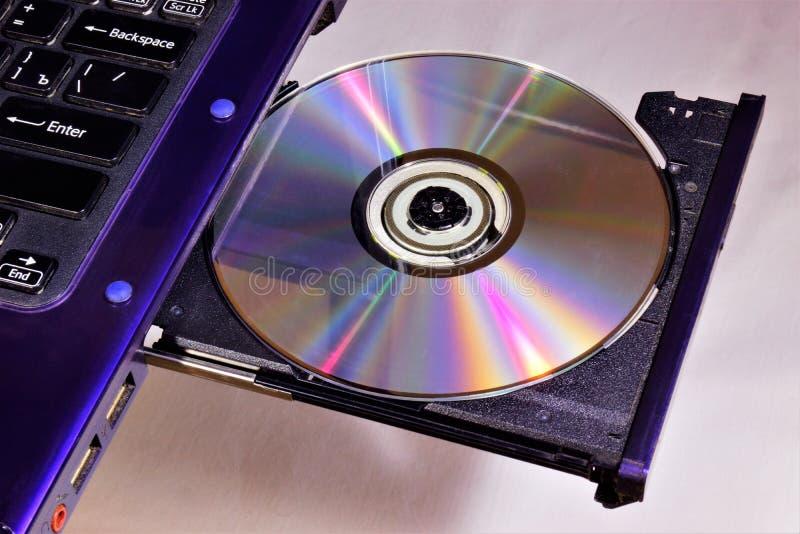CD ou DVD na movimentação da movimentação do laptop Portátil - computador pessoal portátil portátil Uma movimentação do PC é um d fotografia de stock