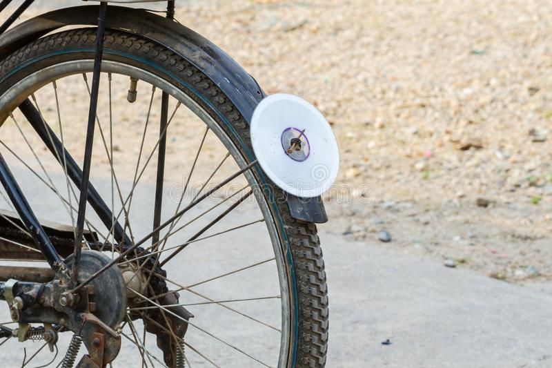 CD-schijf op achterdiespatbord van fiets, als reflector wordt gebruikt stock afbeelding