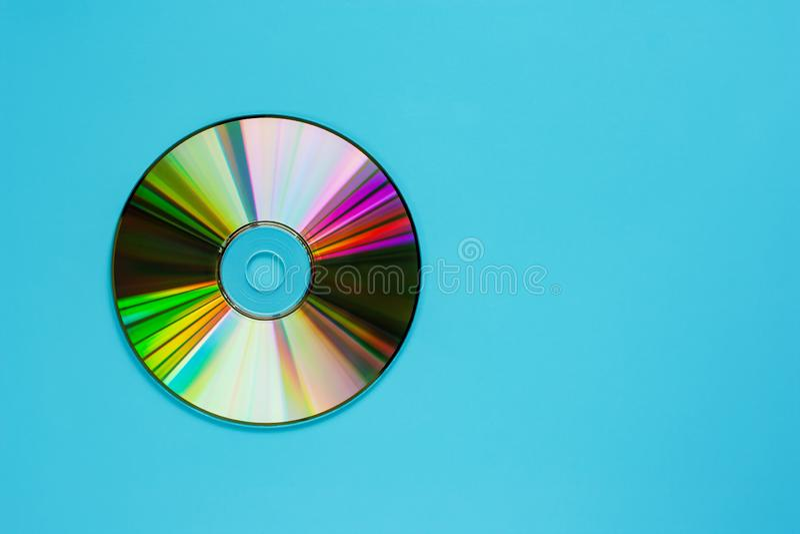 CD-SKIVA ( CD) på blå bakgrund royaltyfria foton