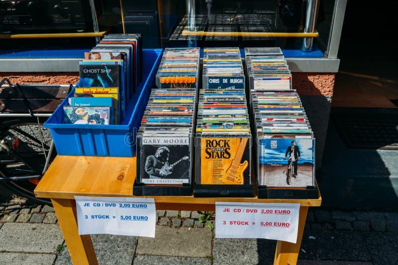 CD stojak z starymi używać cd dyskami dla sprzedaży przy shopfront w Monachium, Niemcy obraz royalty free