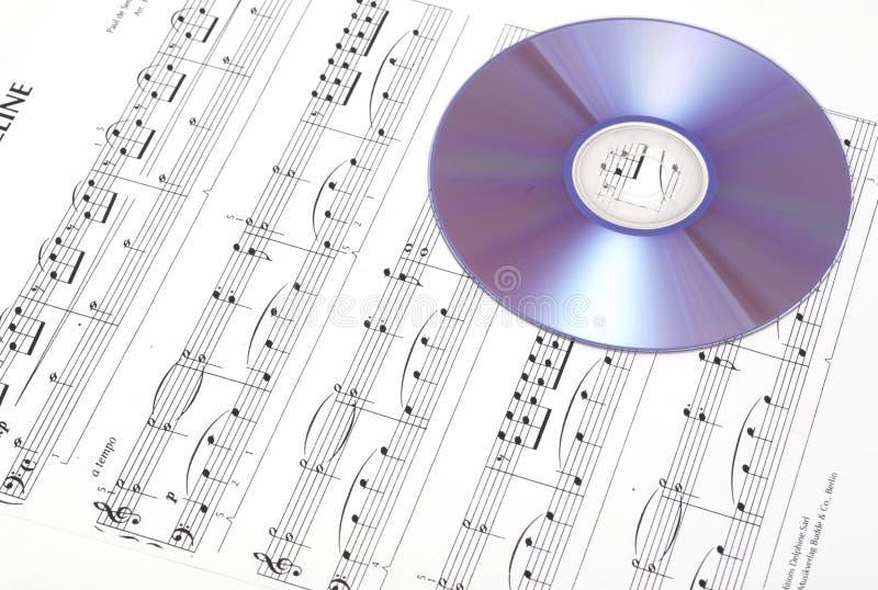CD sur la musique de feuille. image libre de droits