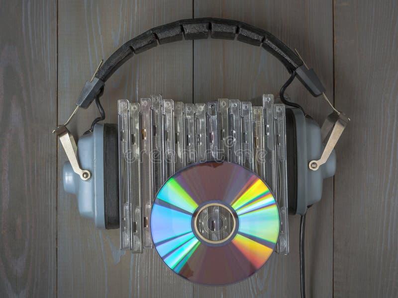 CDs和耳机 免版税库存照片