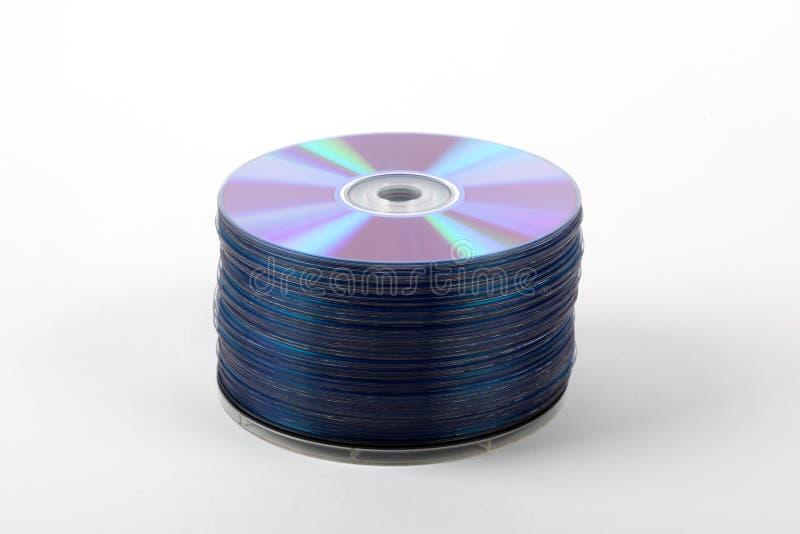 CDs in een stapel wordt geschikt die stock foto