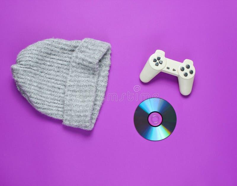 CDskiva, gamepad, varm hatt royaltyfria bilder