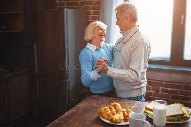 Ce couple a une danse splendide de temps dans la cuisine et le remem photos stock