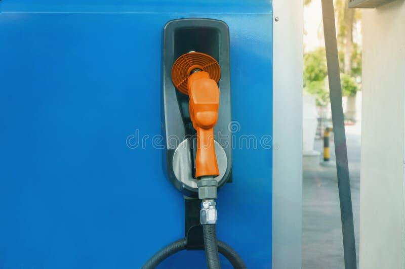 Ce gicleur d'essence d'image à la station service Concept /energy, distributeurs de carburant photos libres de droits