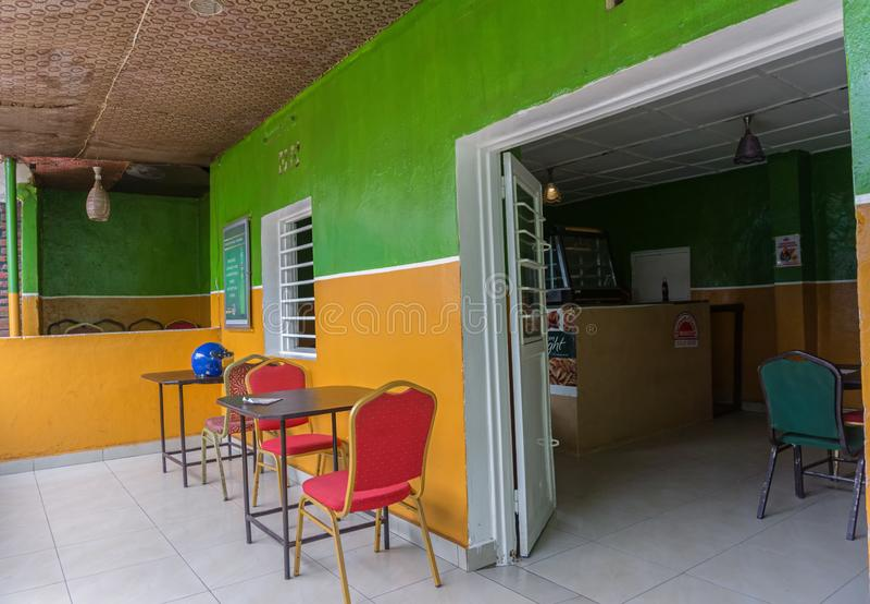 Ce petit restaurant de ce soir de poulet dans l'avenue du kilogramme 17 fait partie d'une société africaine de concession d'alime photos stock