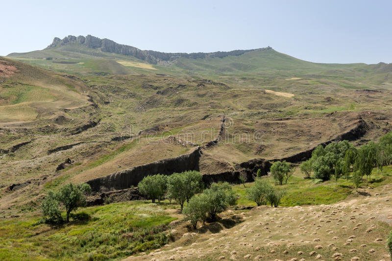 Ce que beaucoup croient sont les restes de l'arche de Noé (droite de centre) près de la ville de Dogabeyazit en Turquie photo libre de droits
