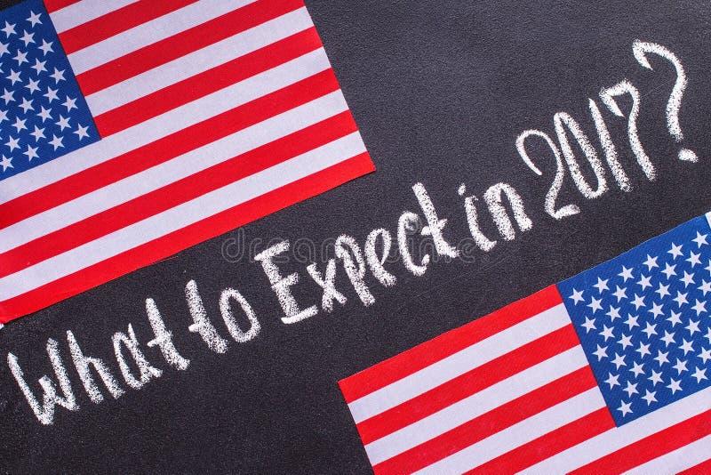 Ce qui à prévoir en 2017 sur le panneau de craie et le drapeau des USA image stock