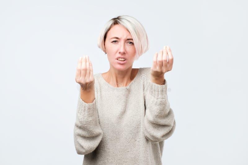 Ce qui est votre point Femme fronçant les sourcils et montrant le geste italien avec Han photo stock