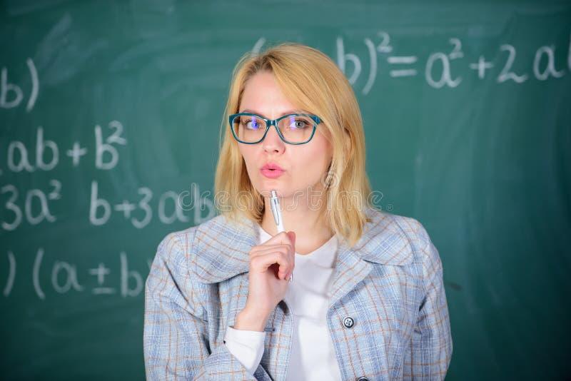Ce qui font le grand professeur Les principes peuvent faire enseigner plus efficace et plus décisif Femme enseignant près du tabl photo stock