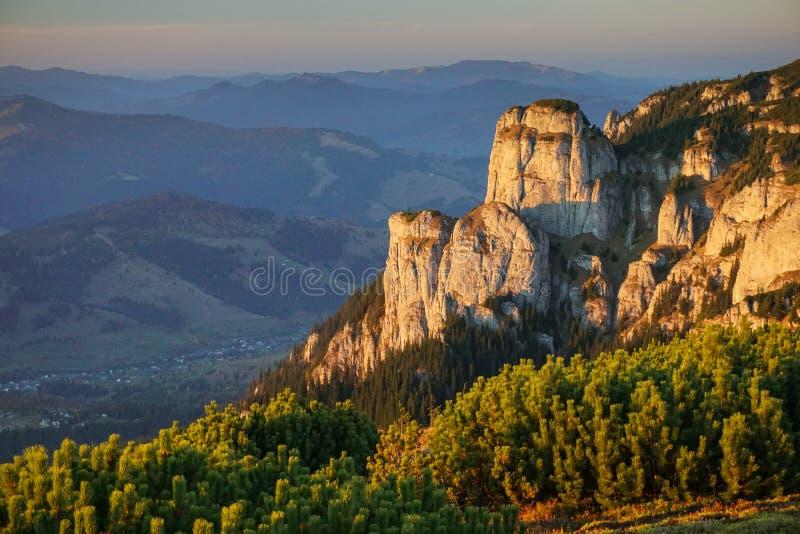 Ceahlau-Berge in Rumänien bei Sonnenuntergang stockbild