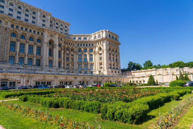 Ceausescu-Palast und -gärten im Sommer in Bukarest stockfotos